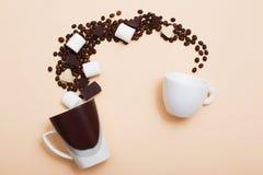 Dos tazas con los granos de café Fotos de archivo libres de regalías