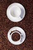 Dos tazas con los granos de café Fotografía de archivo