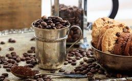 Dos tazas con los granos de café Fotografía de archivo libre de regalías