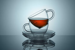Dos tazas con los platillos del té permanecen Fotos de archivo