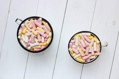 Dos tazas de cacao caliente con la melcocha del color Fotografía de archivo