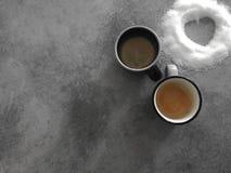 Dos tazas de café con el corazón del azúcar, los amantes perfectos del desayuno imágenes de archivo libres de regalías