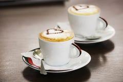 Dos tazas de café con el modelo del corazón Foto de archivo libre de regalías