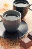 Dos tazas de café con el postre Fotos de archivo libres de regalías