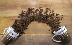Dos tazas de café con los granos de café Imagen de archivo libre de regalías