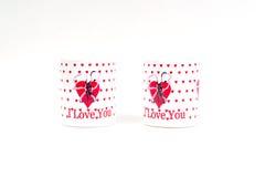 Dos tazas de café con una declaración del amor en un fondo blanco Imagen de archivo