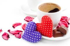 Dos tazas de café, corazones, pétalos color de rosa para el día de tarjetas del día de San Valentín Fotos de archivo