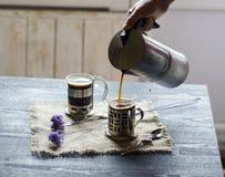 Dos tazas de café en el fondo de madera Fotografía de archivo libre de regalías