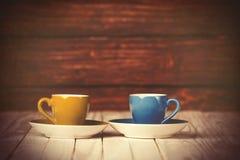 Dos tazas de café en el vector de madera Fotos de archivo