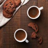 Dos tazas de café en el vector de madera Imagen de archivo