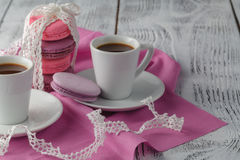 Dos tazas de café en el vector de madera Foto de archivo libre de regalías