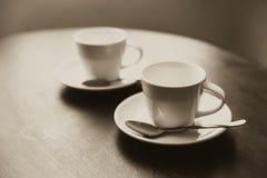 Dos tazas de café en el vintage de madera de la tabla Foto de archivo libre de regalías