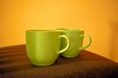 Dos tazas de café en la silla Foto de archivo