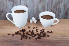 Dos tazas de café en la tabla Imagenes de archivo