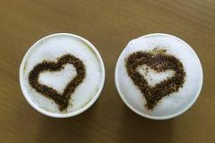 Dos tazas de café en la tabla Foto de archivo libre de regalías