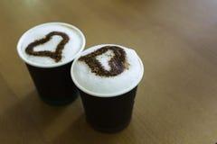 Dos tazas de café en la tabla Fotos de archivo