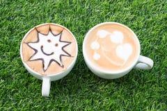 Dos tazas de café en la textura artificial de la hierba Visión superior Fotografía de archivo