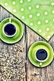 Dos tazas de café en un fondo de madera La inscripción sea feliz tarjeta Concepto: amor, fecha, enhorabuena Imagen de archivo libre de regalías