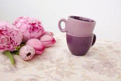 Dos tazas de café en una tabla Foto de archivo