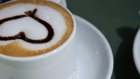 Dos tazas de café están en la tabla metrajes