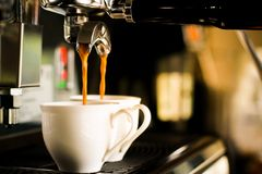 Dos tazas de café de la máquina del café Imagen de archivo libre de regalías
