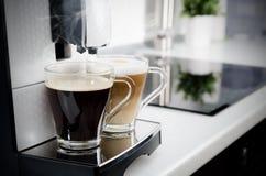 Dos tazas de café, máquina profesional del café del hogar Imágenes de archivo libres de regalías