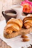 Dos tazas de café y de cruasanes imagen de archivo
