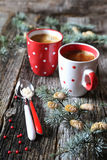 Dos tazas de café en la decoración del Año Nuevo Imagenes de archivo