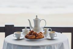 Dos tazas de caf? y de pasteles franceses tradicionales en caf? o restaurante imagen de archivo