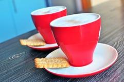 Dos tazas de cappuccino Fotos de archivo
