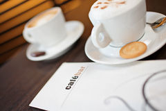 Dos tazas de cappuccino Fotografía de archivo libre de regalías