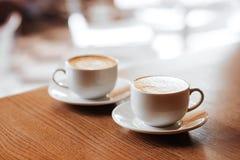 Dos tazas de capuchino con arte del latte Fotos de archivo libres de regalías