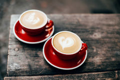 Dos tazas de capuchino con arte del latte Imagen de archivo