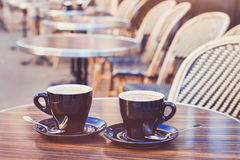 Dos tazas de capuchino del chocolate caliente o del café Imágenes de archivo libres de regalías