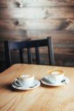 Dos tazas de capuchino gastrónomo del café Foto de archivo libre de regalías