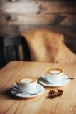 Dos tazas de capuchino gastrónomo del café Fotos de archivo