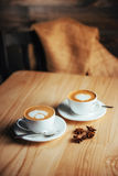 Dos tazas de capuchino gastrónomo del café Imágenes de archivo libres de regalías