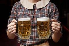 Dos tazas de cerveza fotos de archivo libres de regalías