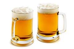 Dos tazas de cerveza ambarina encantadora Fotografía de archivo