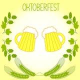 Dos tazas de cerveza, tallos de la cebada y ramas de los saltos, el Oktoberfest Foto de archivo libre de regalías