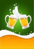 Dos tazas de cerveza y ondas de la cerveza imagen de archivo