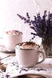 Dos tazas de chocolate caliente con crema azotada Imagen de archivo