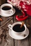 Dos tazas de coffe con las especias en la tabla de madera Foto de archivo libre de regalías
