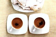 Dos tazas de coffe con las galletas Foto de archivo libre de regalías