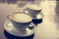 Dos tazas de coffe en la tabla de madera Imagen de archivo