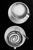 Dos tazas de coffe en la tabla de madera Imagen de archivo libre de regalías
