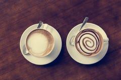 Dos tazas de coffe en la tabla de madera Imágenes de archivo libres de regalías