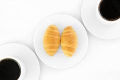 Dos tazas de coffe y de croissants Foto de archivo libre de regalías