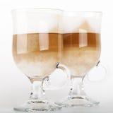 Dos tazas de cristal grandes con las manijas del café del latte Imagenes de archivo