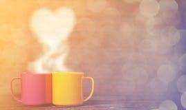 Dos tazas de forma del café y del corazón Foto de archivo libre de regalías